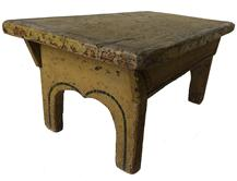 RM1006 NICE EARLY 19TH CENTURY FOLK ART PAINTED FOOTSTOOL WITH CUT OUT SIDES AND BOOT-JACK ENDS  IN ORIGINAL MUSTARD PAINT WITH ORIGINAL RED AND BLACK LINE PAINTED DECORATION  NEW ENGLAND, CIRCA 1810-1830 WITH ALL SQUARE NIAL CONSTRUCTION.